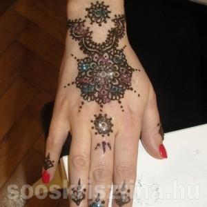 Kézfej henna csillámmal, Soós Krisztina