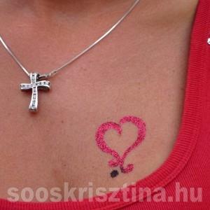 Szív csillámtetoválás szabad kézzel, festő: Soós Krisztina