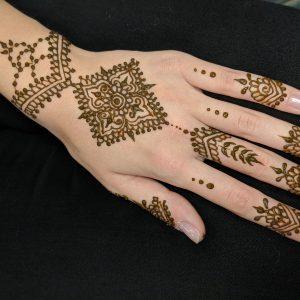 Henna kézen, Soós Krisztina