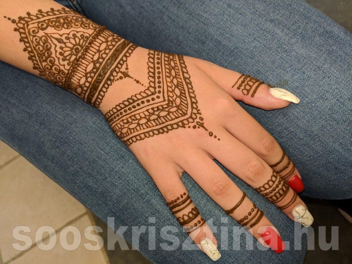 Hennafestés kézen, Soós Krisztina